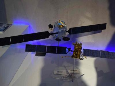 Maquettes des deux satellites Syracuse 4. Présenté au salon du Bourget 2017 au stand de la DGA